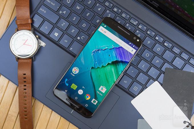 """<p> <strong>Motorola Moto X (Pure Edition) - 715 nit</strong></p> <p> Với độ sáng tối đa lên tới 715 nit, smartphone của Motorola đảm bảo khả năng quan sát cho bạn ngay cả trong điều kiện trời nắng gắt. Đáng chú ý là Moto X (Pure Edition) cho độ sáng cao gấp đôi model """"tiền nhiệm"""" ra mắt năm 2014 (385 nit).</p> <p> Moto X phiên bản 2015 sở hữu tấm nền 5,7 inch độ phân giải Quad HD, camera 21 megapixel và loa stereo ở mặt trước. Model này có thiết kế chống nước, mặt sau cho phép tùy chọn họa tiết. Moto X (Pure Edition) được bán giá 400 USD tại thị trường Mỹ.</p>"""