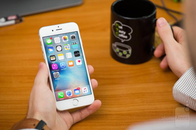 """<p> <a href=""""https://vnexpress.net/so-hoa/danh-gia/dien-thoai/iphone-6s-ban-iphone-duoc-nang-cap-manh-ve-phan-cung-3294172.html""""><strong>Apple iPhone 6s - 554 nit</strong></a></p> <p> Đa số các smartphone của Apple đều cho khả năng hiển thị tốt và iPhone 6s cũng không phải ngoại lệ. Thiết bị đạt độ sáng tối đa 554 nit, một kết quả khá tốt để người dùng có thể yên tâm sử dụng máy trong hầu hết các điều kiện. Dù thế, iPhone 6s chỉ có độ phân giải 750 x 1.334 pixel trên tấm nền 4,7 inch.</p> <p style=""""text-align:center;""""> <a href=""""https://vnexpress.net/so-hoa/danh-gia/dien-thoai/iphone-6s-ban-iphone-duoc-nang-cap-manh-ve-phan-cung-3294172.html""""><strong>iPhone 6s – bản iPhone được nâng cấp mạnh về phần cứng</strong></a></p>"""