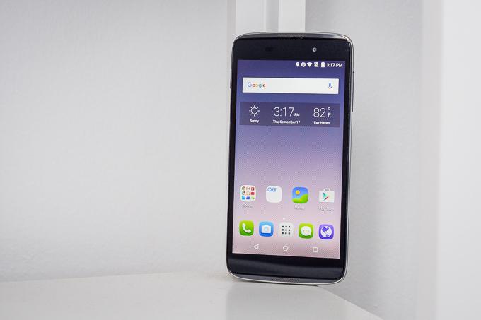 """<p> <strong>Alcatel OneTouch Idol 3 (4,7 inch) - 606 nit</strong></p> <p> Phiên bản cỡ nhỏ của OneTouch Idol 3 với màn hình 4,7 inch tiếp tục được đánh giá cao ở độ sáng tối đa. Tuy nhiên, khả năng hiển thị trên smartphone này có xu hướng ngả xanh, độ tương phản ở mức trung bình.</p> <p> Sức mạnh xử lý trên OneTouch Idol 3 đến từ chip bốn nhân Snapdragon 410, RAM 1,5 GHz và 16 GB bộ nhớ trong. Máy có camera chính 13 megapixel, camera phụ 5 """"chấm"""", pin 2.000 mAh.</p>"""