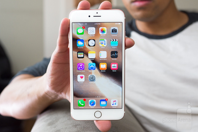 """<p> <a href=""""https://vnexpress.net/so-hoa/photo/dien-thoai/mo-bung-iphone-6s-plus-dau-tien-ve-ha-noi-3285666.html""""><strong>Apple iPhone 6s Plus - 593 nit</strong></a></p> <p> Phablet thế hệ thứ 2 của Apple cải tiến đáng kể về màn hình, giúp người dùng dễ dàng quan sát hơn trong điều kiện ánh sáng mạnh nhờ độ sáng đạt 593 nit. Không gian hiển thị trên model này rộng 5,5 inch, độ phân giải Full HD.</p> <p style=""""text-align:center;""""> <a href=""""https://vnexpress.net/so-hoa/photo/dien-thoai/mo-bung-iphone-6s-plus-dau-tien-ve-ha-noi-3285666.html""""><strong>'Mổ bụng' iPhone 6s Plus đầu tiên về Hà Nội</strong></a></p>"""