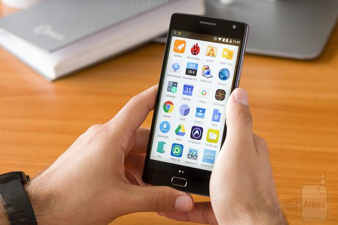 """<p> <a href=""""https://vnexpress.net/so-hoa/photo/dien-thoai/one-plus-2-ve-viet-nam-gia-10-trieu-dong-3262260.html""""><strong>OnePlus 2 - 564 nit</strong></a></p> <p> Được gọi là smartphone cấu hình mạnh nhưng giá rẻ, OnePlus 2 có phần cứng tương đương One M9 nhưng giá chỉ 10 triệu đồng cho bản RAM 4 GB và bộ nhớ trong 64 GB. Máy dùng màn hình Full HD kích cỡ 5 inch, độ sáng tối đa 564 nit, đảm bảo người dùng không gặp khó khăn khi quan sát ngoài trời.</p> <p style=""""text-align:center;""""> <a href=""""https://vnexpress.net/so-hoa/photo/dien-thoai/one-plus-2-ve-viet-nam-gia-10-trieu-dong-3262260.html""""><strong>One Plus 2 về Việt Nam giá 10 triệu đồng</strong></a></p>"""