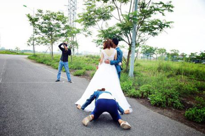 Những tư thế 'hết mình vì hạnh phúc đôi trẻ' của thợ chụp ảnh cưới