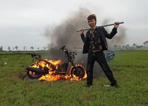Khá Bảnh đốt xe máy và đăng video lên YouTube.
