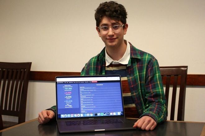 Avi Schiffmann bên chiếc MacBook tạo ra website theo dõi Covid-19. Ảnh:Essentially Sport.