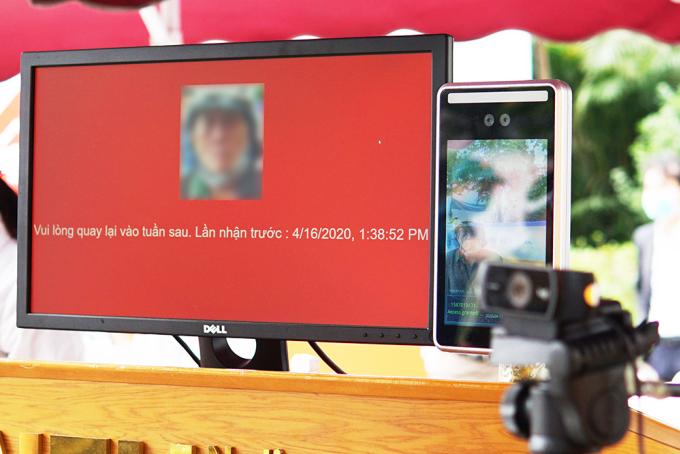 Hệ thống khai báo cho người đến nhận gồm một máy quét, một webcam, và một màn hình chỉ dẫn, có khả năng nhận diện khuôn mặt và đưa ra thông tin về những lần lấy gạo trước đó.