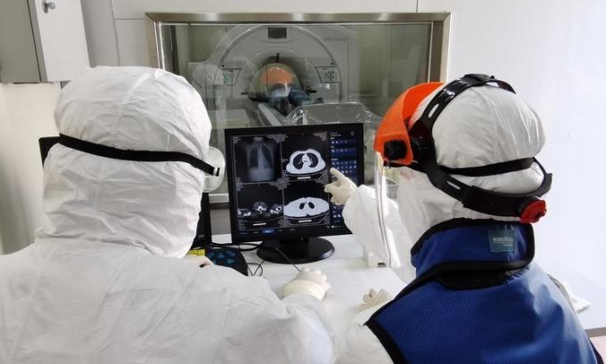 Bác sĩ nghiên cứu ảnh chụp CT của bệnh nhân Covid-19 ở Vũ Hán hồi cuối tháng 2. Ảnh: Xinhua.