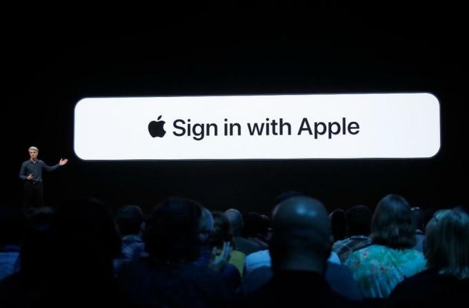 Craig Federighi, Phó chủ tịch phụ trách mảng phần mềm của Apple, giới thiệuSign in with Apple tại WWDC 2019. Ảnh: AP.