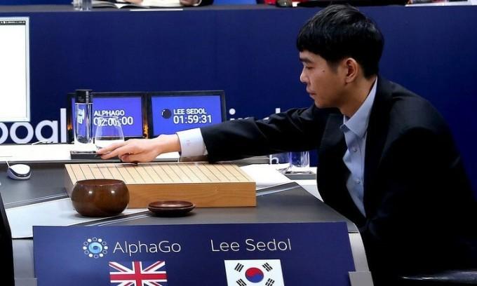 Kỳ thủ cờ vây Lee Sedol đối đầu với AlphaGo năm 2016. Ảnh: Reuters.