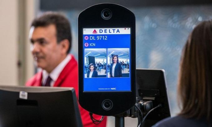 Hệ thống nhận diện khuôn mặt tại một sân bay ở Mỹ. Ảnh: WSJ.