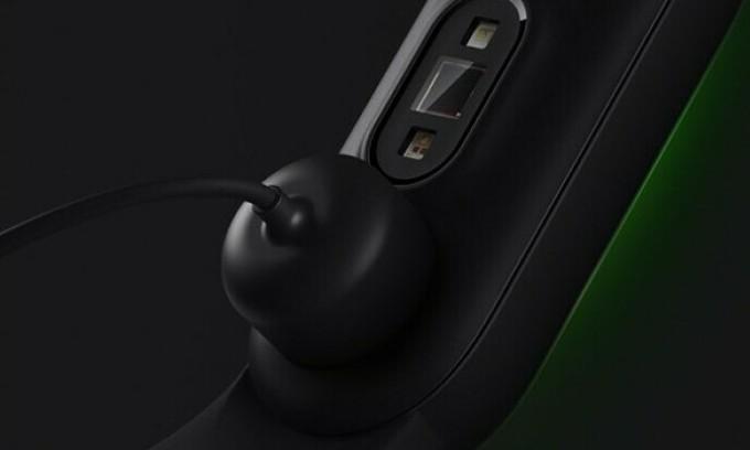 Sạc nam châm có thể gắn nhanh ở mặt sau, thay vì phải tháo dây như các thế hệ trước. Ảnh: Xiaomi
