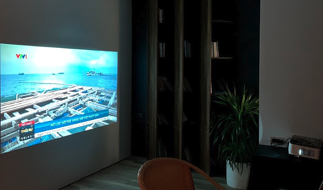 Một chiếc máy chiếu Full HD 120 inch có giá 5 triệu đồng. Ảnh: Tuấn Anh