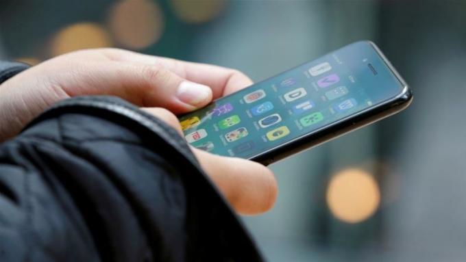 Smartphone đang trở thành mục tiêu tấn công chính của hacker. Ảnh: Reuters.