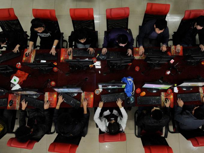 Bên trong một quán cà phê Internet ở Thái Nguyên, tỉnh Sơn Tây. Ảnh: Reuters.