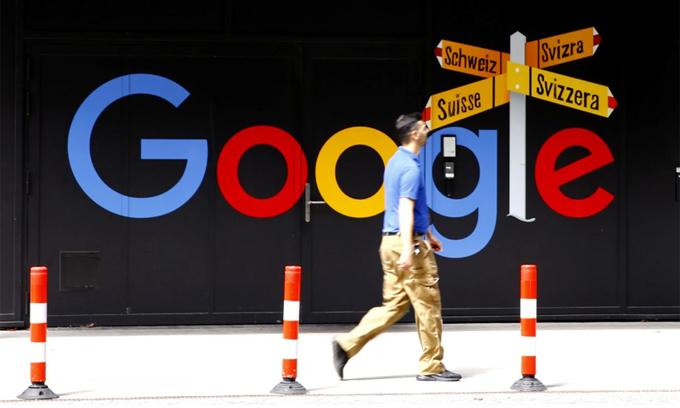 Một người đi qua logo của Google ở Zurich (Thụy Sĩ) đầu tháng 7. Ảnh: Reuters.