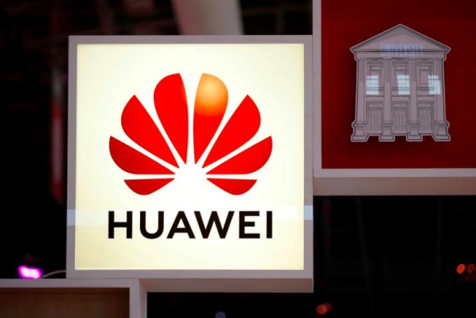 Nhà mạng Anh có thể được gia hạn thêm thời gian để loại bỏ thiết bị Huawei. Ảnh: Reuters.