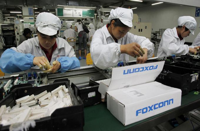 Một dây chuyền lắp ráp sản phẩm Apple của Foxconn. Ảnh: AP.