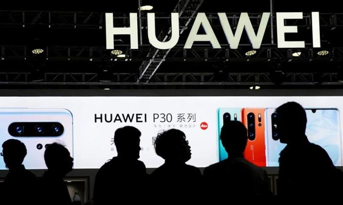 Biển quảng cáo sản phẩm Huawei tại một sự kiện ở Trung Quốc năm 2019. Ảnh: Reuters.