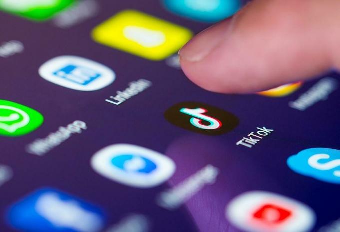 TikTok đang là mạng xã hội được người dùng Mỹ đặc biệt yêu thích, nhưng mạng xã hội này đang đối mặt với nguy cơ bị Nhà Trắng cấm cửa. Ảnh: SCMP.