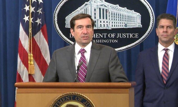 Quan chức Bộ Tư pháp Mỹ công bố cáo buộc nhằm vào hai hacker Trung Quốc hôm 21/7. Ảnh: NBC News.