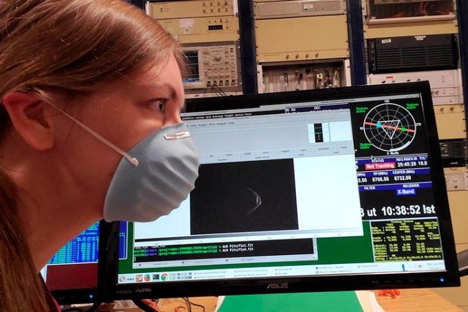Nhân viên quan sát radar tại một trung tâm của Mỹ sử dụng khẩu trang có thanh kim loại. Ảnh: Cnet.