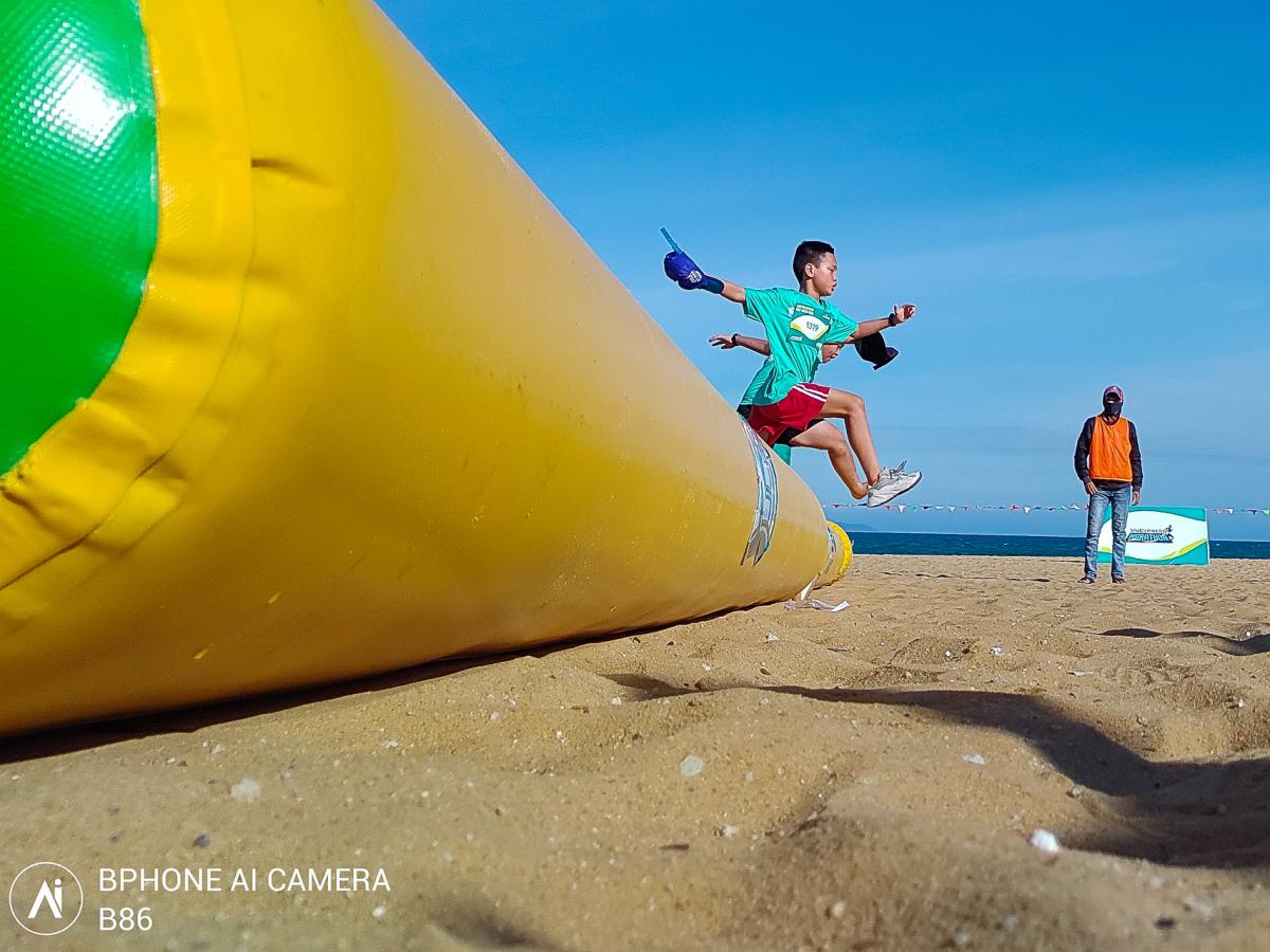 Khoảnh khắc chân chạy nhí so tài qua ống kính Bphone B86