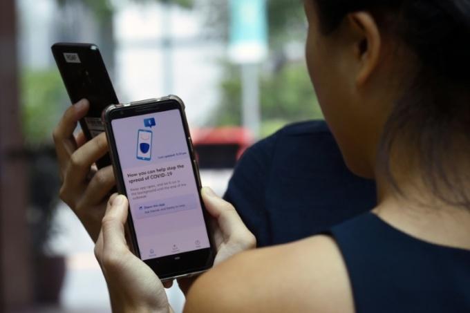 Ứng dụng truy vết Covid-19 dựa trên smartphone và bluetooth là một trong những giải pháp có thể hạn chế lây lan Covid-19.
