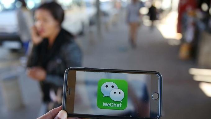 Nhiều người dùng WeChat ở Mỹ đang phải đối mặt với viễn cảnh mất đi một công cụ quan trọng để giữ liên lạc với gia đình và bạn bè ở Trung Quốc. Ảnh: Reuters.