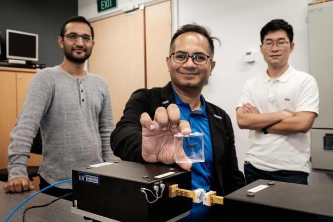 Con chip được nhóm nghiên cứu từ đại học công nghệ Nanyang Singapore giới thiệu cho thấy khả năng hiện thức hoá kết nối 6G. Ảnh: NTU.