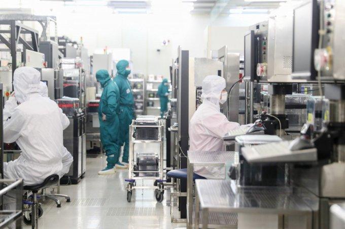 Các công nhân bên trong một nhà máy bán dẫn ở Thượng Hải. Ảnh: Tân Hoa xã.