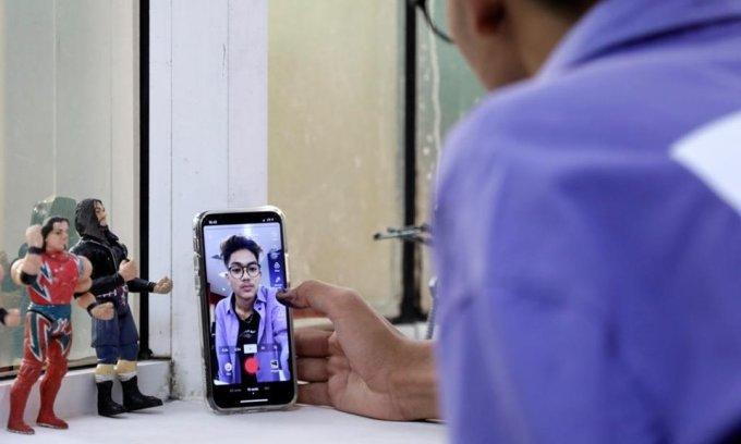 Saputra chuẩn bị quay video để đăng lên TikTok hồi tháng 7. Ảnh: Reuters.