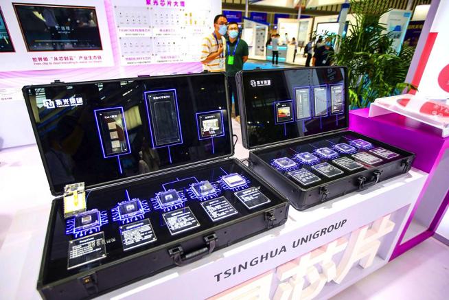 Chip do Tsinghua Unigroup sản xuất được trưng bày tại Hội nghị Bán dẫn Thế giới 2020 ở Nam Kinh, Trung Quốc. Ảnh: AFP.