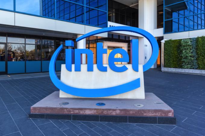Hầu hết các đối thủ của Intel đều chọn thuê các hãng châu Á gia công chip cho mình. Ảnh: WSJ.
