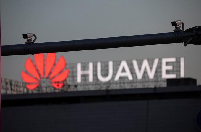 Ngày 12/3, Tổng thống Donald Trump ban hành luật cấm các nhà mạng Mỹ dùng trợ cấp chính phủ để mua thiết bị từ Huawei. Ảnh: Reuters.