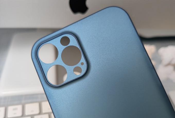 Nắp lưng được cho là của iPhone 12 hé lộ lỗ chứa cảm biến LiDAR. Ảnh: DuanRui.