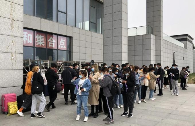 Ứng viên tìm việc xếp hàng bên ngoài cơ sở sản xuất iPhone lớn nhất thế giới tại Trịnh Châu, Hà Nam, Trung Quốc. Ảnh: SCMP.