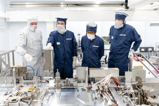Phó Chủ tịch Samsung Electronics Lee Jae-yong (thứ hai từ trái sang) và Giám đốc bộ phận kinh doanh giải pháp thiết bị của công ty Kim Ki-nam (thứ ba từ trái) tham quan nhà máy sản xuất thiết bị chip ASML của Hà Lan. Ảnh: Samsung.