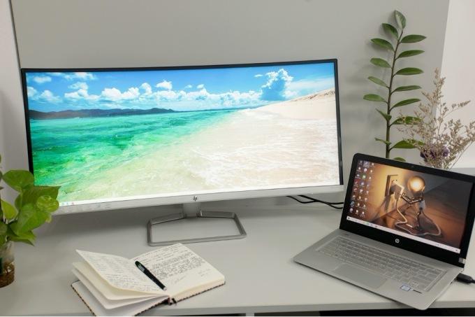 Một góc bàn làm việc sử dụng màn hình HP 34F Curve.