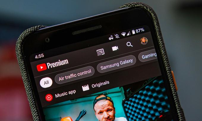 Dịch vụ YouTube Premium có nhiều tính năng mà tài khoản thường không có, một trong số đó là xem video không có quảng cáo, được người Việt quan tâm nhiều thời gian gần đây. Ảnh: Android Authority.