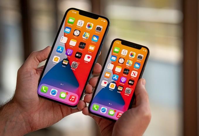 iPhone 12 Pro Max (bên trái) là smartphone có màn hình tốt nhất. Ảnh: GSMArena