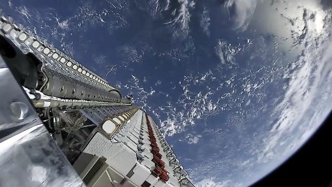Tổ hợp gồm 60 vệ tinh Starlink được chụp trong không gian sau khi phóng. Ảnh: SpaceX.