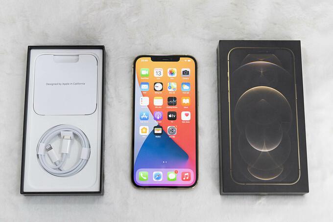 iPhone 12 Pro Max màu Gold là một trong những mẫu được đặt nhiều nhất. Ảnh: Huy Đức