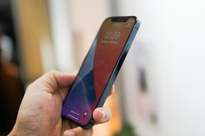 Giá iPhone 12 xách tay liên tục giảm, nhưng vẫn khó cạnh tranh với máy chính hãng. Ảnh: Lưu Quý