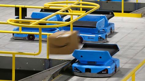 Các robot của Amazon đang vận chuyển hàng tại kho hàng ở Goodyear, Arizona. Ảnh: AP.