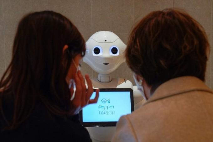 Pepper, một robot được phát triển bởi SoftBank Robotics, đang chào đón khách du lịch tới Tokyo, Nhật Bản. Ảnh: EPA.