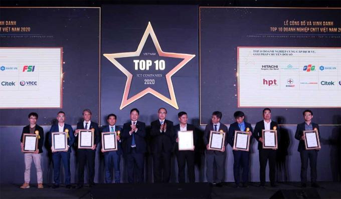 Ông Nguyễn Thiện Nhân - Ủy viên Bộ Chính trị, BCH TƯ Đảng khóa 12 - cùng ông Trương Gia Bình, Chủ tịch Vinasa, trao bằng khen cho các doanh nghiệp được giải.