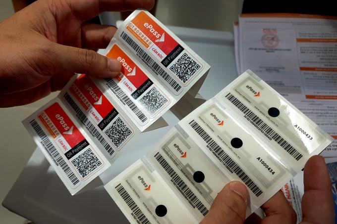 Thẻ dán trên xe giúp hệ thống RFID có thể nhận diện được thông tin xe khi qua trạm thu phí. Ảnh: Lưu Quý