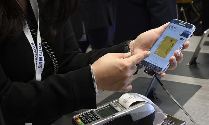 Hệ thống Samsung Pay được trình diễn tại Hội nghị Di động thế giới. Ảnh: AFP.