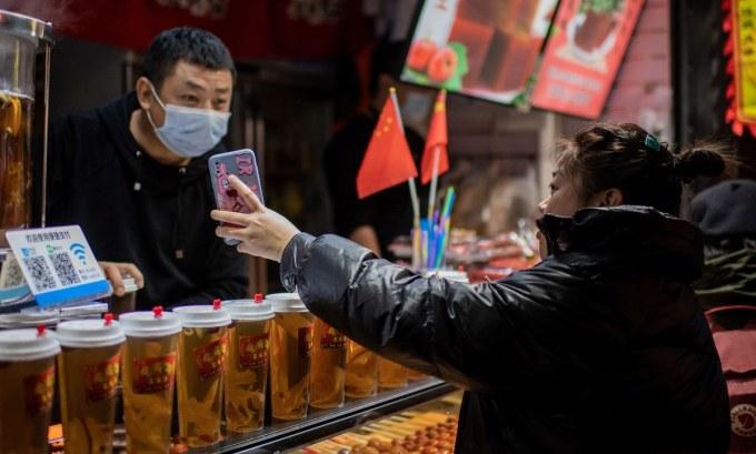 Một khách hàng thanh toán bằng Alipay tại Bắc Kinh. Ảnh: AFP.