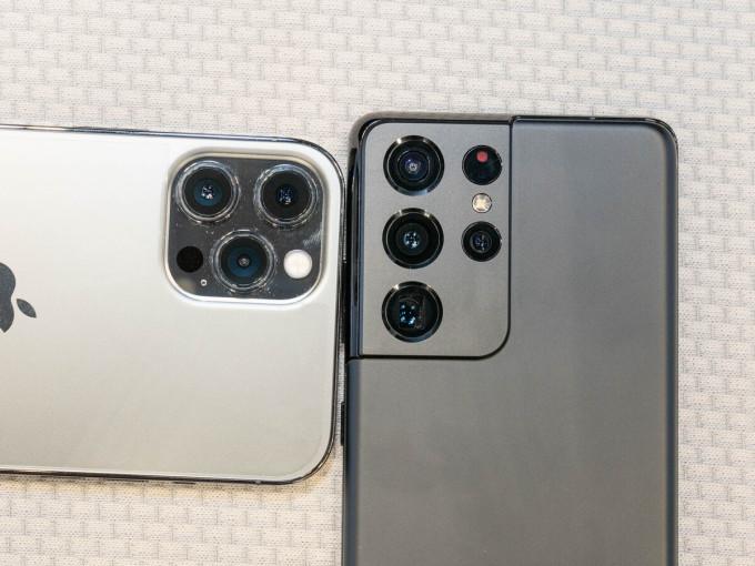 Cụm camera của iPhone 12 Pro Max (trái) nhỏ hơn Galaxy S21 Ultra (phải). Ảnh: Huy Đức.
