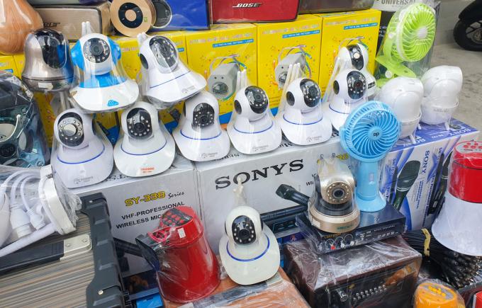 Các mẫu camera IP được bày bán với giá chưa tới 200.000 đồng. Ảnh: Bảo Lâm.